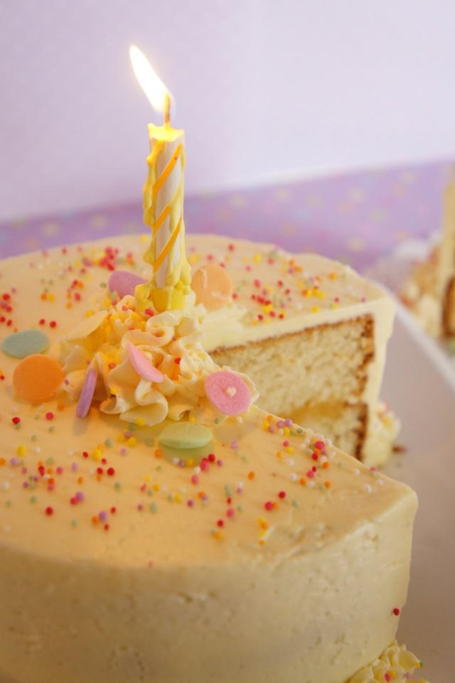 Fluffy Vanilla Cake with Lemon Curd